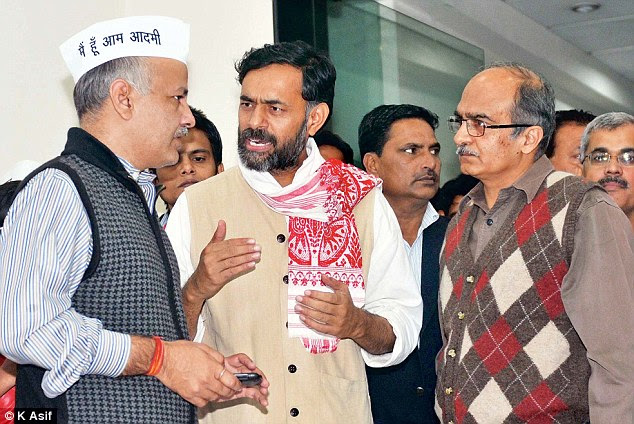 Yogendra Yadav (centre) and Prashant Bhushan (right) were removed from the AAP's Political Affairs Committee, signally a rift within the party. In a leaked email, Bhushan's sister Shalini Gupta appears to have dissuaded NRI volunteers and members from supporting the party