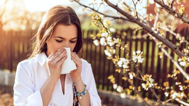 Mujer estornudando