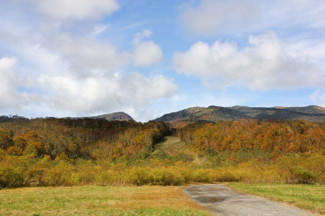 苗場山など雄大な山々