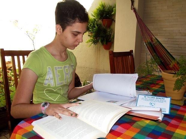 Márcia gosta de ler e escreve o próprio livro (Foto: Reprodução/ Arquivo Pessoal)