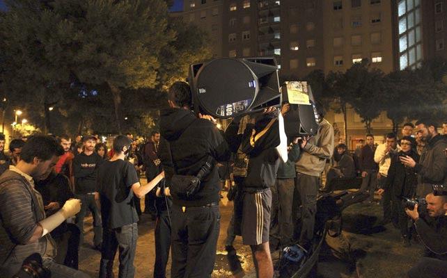 Los protagonistas de la cacerolada celebrada esta noche en el barrio de Sants.