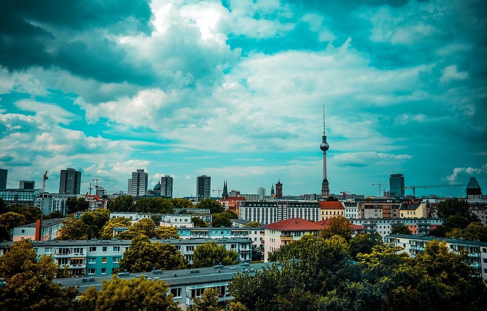 Migranten greifen die Polizei in Berlin an