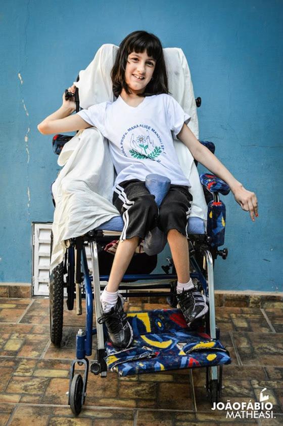 Esta é a foto de Nubia em sua cadeira de rodas.