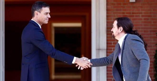 El presidente del Gobierno en funciones, Pedro Sánchez, recibe al líder de Unidas Podemos, Pablo Iglesias, en  Moncloa. (MARISCAL | EFE)