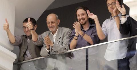 Los líderes de Podemos Pablo Iglesias (2-d), Íñigo Errejón (d) y Juan Carlos Monedero (i) y el secretario general de la formación en la ciudad de Madrid, Jesús Montero, aplauden tras la elección hoy de Manuela Carmena.- efe