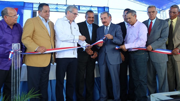 El presidente Danilo Medina, junto a funcionarios de su gobierno,en el acto de entrega e escuela Ramón Emilio Lozada,