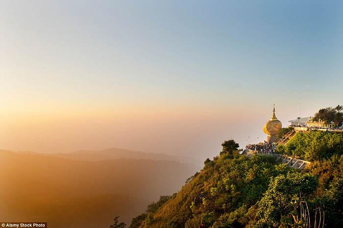 Hòn đá thiêng bằng vàng ở Myanmar và bí mật ẩn chứa bên trong - 10