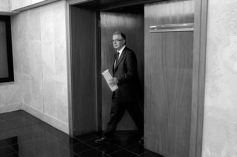 Jorge Menéndez, subsecretario del Ministerio de Defensa Nacional, se retira de la Comisión de Defensa de Diputados, ayer, en el edificio anexo del Palacio Legislativo. Foto: Pablo Vignali, EFE