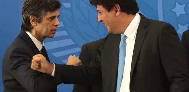 Nelson Teich cumprimenta seu sucessor, Luiz Henrique Mandetta, durante sua cerimônia de posse na Saúde