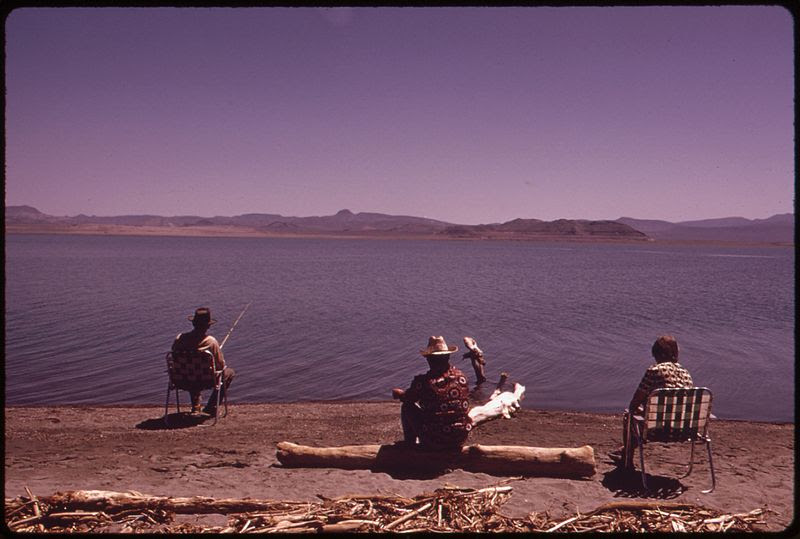 File:PAIUTE INDIAN FISHERMEN AT PYRAMID LAKE, CENTER OF THE PYRAMID LAKE INDIAN RESERVATION - NARA - 553666.jpg