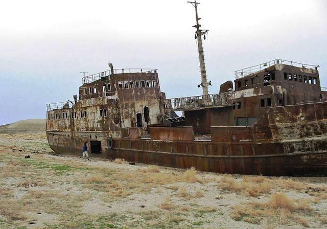 Un barco varado en medio del desierto es una imagen sugerente