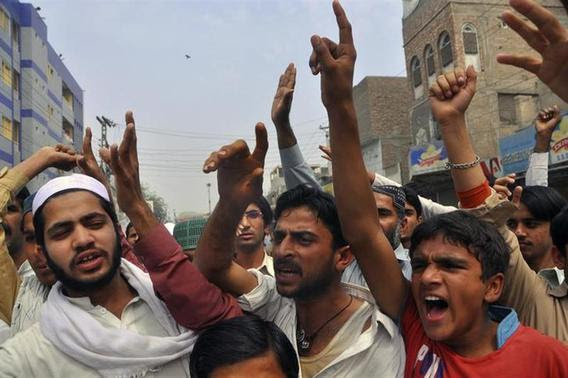 Protesters chant slogan as they react to a rumour that a member of the Hindu community had desecrated the Koran, in Larkana, southern Pakistan's Sindh province, March 16, 2014. REUTERS-Faheem Soormro
