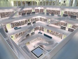 Fotol sisevaade läbi viie korruse moodsast raamatukogust.