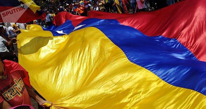 Personas con bandera de Venezuela