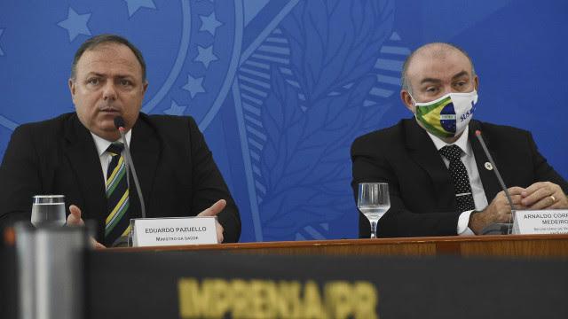"""Sem saber que microfone está ligado, secretário critica repórter """"porre"""""""