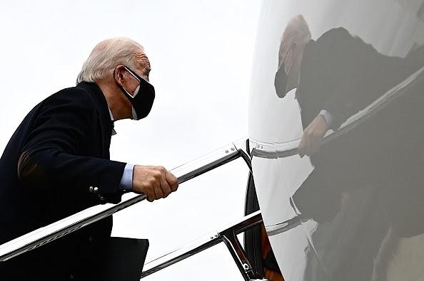 """""""Tổng thống đắc cử Hoa Kỳ Joe Biden rời Sân bay Newcastle ở Wilmington, Delaware, vào ngày 4 tháng 1 năm 2021 (Ảnh: Getty)"""