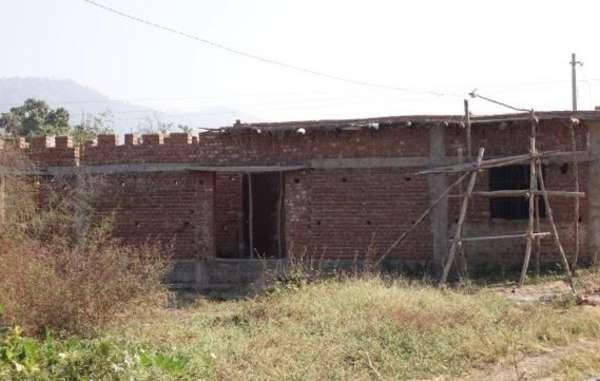 Nei nuovi insediamenti governativi, le strutture sono inadeguate. Questo edificio incompleto avrebbe dovuto diventare una scuola per i bambini indigeni trasferiti nell'area più di sette anni fa.