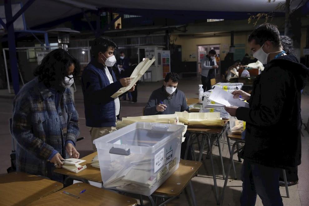 Funcionarios cierran las urnas e inician el escrutinio de votos, en el cierre de las elecciones locales y constituyentes, en Santiago de Chile. EFE/ Alberto Valdéz Gómez