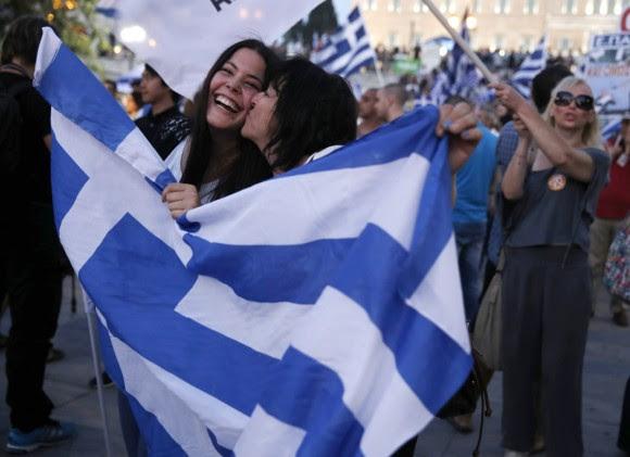 El presidente del Gobierno español, Mariano Rajoy, ha convocado para mañana a los miembros de la Comisión Delegada de Asuntos Económicos para analizar el resultado del referéndum griego. En la imagen, dos mujeres se besan tras la victoria del 'no' en el referéndum griego. Foto: PETROS GIANNAKOURIS (AP)