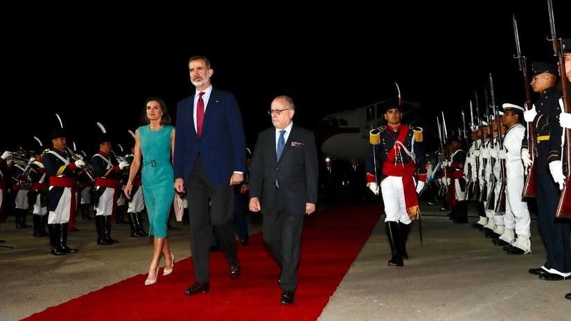 Los reyes de España, atrapados una hora en el avión a su llegada a Argentina