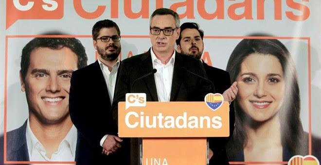 El jefe de campaña de Ciudadanos, José Manuel Villegas, junto al secretario de comunicación, Fernando de Páramo, y el secretario de organización, Fran Hervías, comparecen una vez cerradas las urnas en la sede electoral del partido. /EFE
