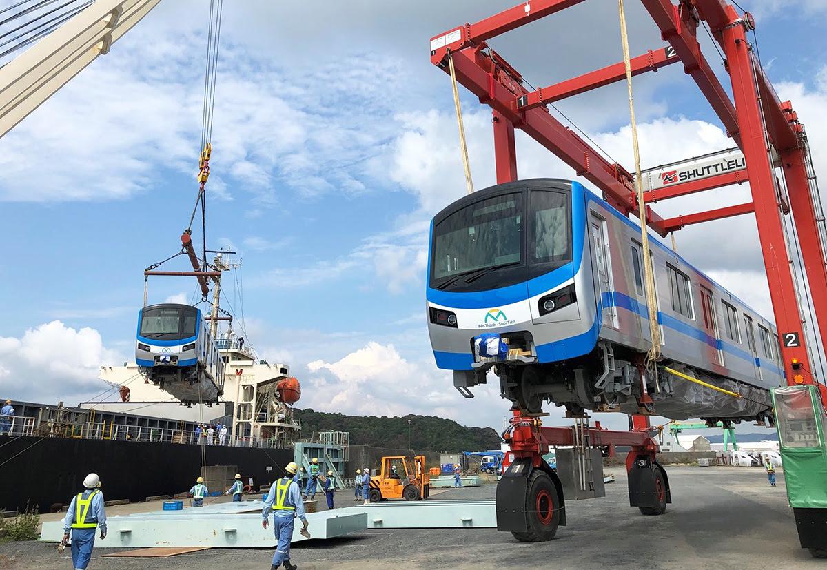 Tàu Metro Số 1 được đưa xuống cảng ở Nhật Bản để vận chuyển về TP HCM. Ảnh: MAUR.