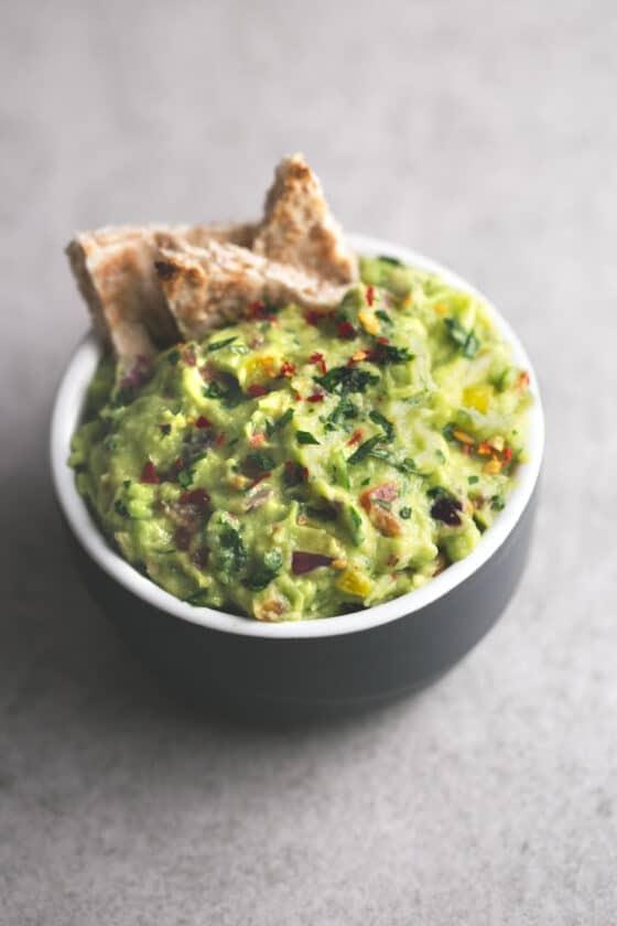 Guacamole arcoíris - Hacer guacamole es muy fácil, económico y es más sano. Se prepara en menos de 10 minutos y se puede usar como dip o para preparar muchas recetas.