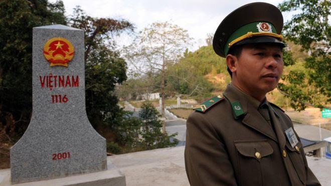 Một sỹ quan Việt Nam bên cột mốc biên giới bên phía lãnh thổ Việt Nam gần Hữu Nghị Quan, tỉnh Lạng Sơn tại biên giới phía bắc với Trung Quốc. Ảnh chụp ngày 5/2/2009, ba mươi năm sau cuộc chiến.