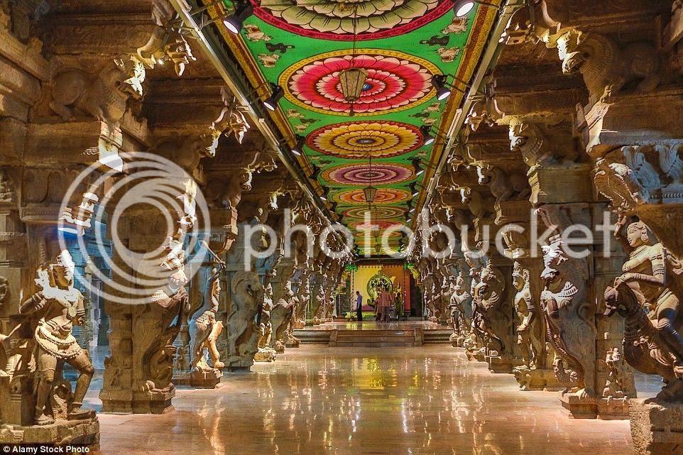 Bên trong đền là vô vàn các tác phẩm điêu khắc kỳ vĩ.