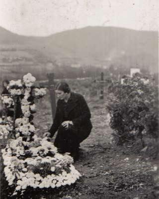 Una mujer junto a una tumba del cementerio de Mondoñedo. MIGUEL FREIRE