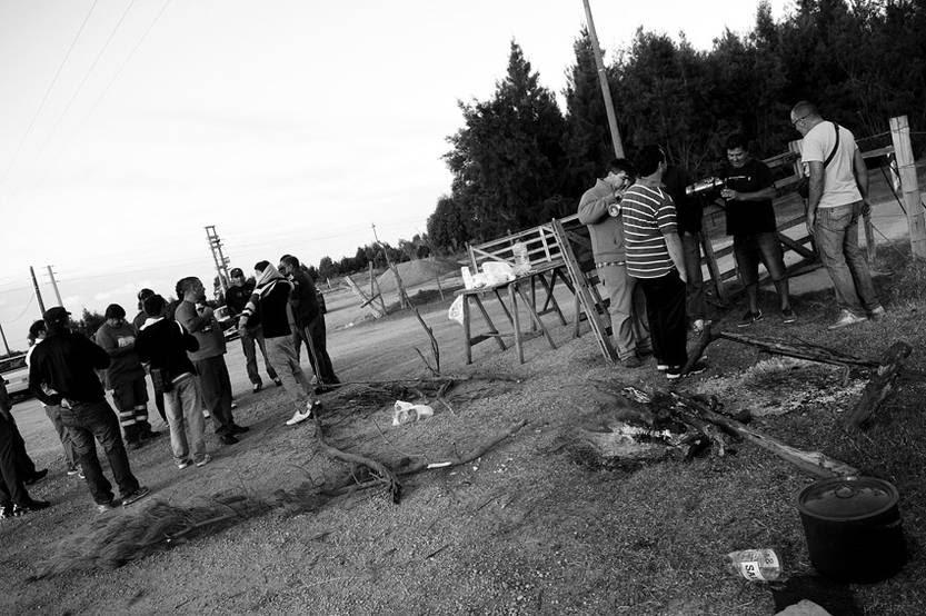 Trabajadores ayer de tarde, en la entrada al predio de obras para conectar la Central Térmica de Punta del Tigre a la red de transmisión uruguaya, a la altura del kilómetro 39 de la ruta 1 en San José. / Foto: Nicolás Celaya