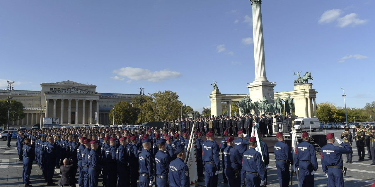 Budapest: Orbán bei Angelobung ungarischer Polizisten am Heldenplatz