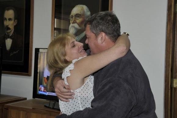 Nuestro héroe Ramón Labañino(D), con su esposa Elisabeth, a su arrivo a la patría, en La Habana, el 17 de diciembre de 2014.    AIN  FOTO/ Estudios Revolución/