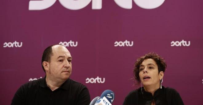 Los portavoces de Sortu, Pernado Barrena (nacional) y Amaia Izko (foral), durante una rueda de prensa. EFE/Jesús Diges