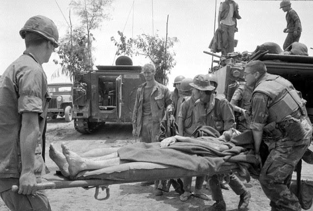 BH Nguyễn Văn Kiệt và Thomas Norris cứu sống Tr. Tá                 Hambleton đưa về phòng tuyến VNCH
