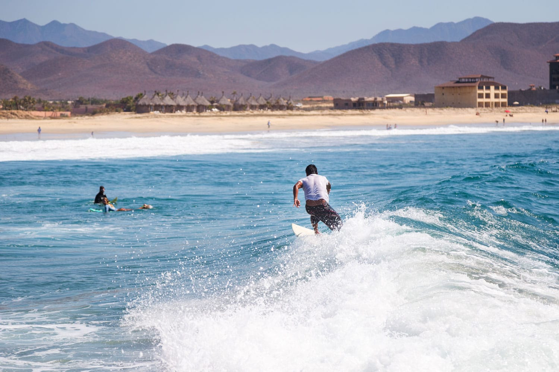 Meksika'da bir dalga sürme sörfçü