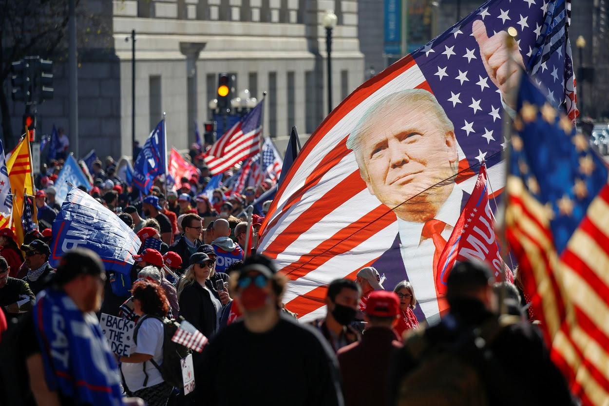 Seguidores de Donald Trump protestan contra el resultado de las elecciones presidenciales que han dado la victoria al candidato demócrata Joe Biden, en una manifestación en Washington. REUTERS/Jim Urquhart