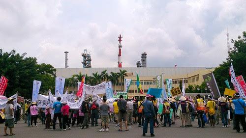 遊行隊伍走向大林蒲中油煉油廠大門口。攝影:李育琴。