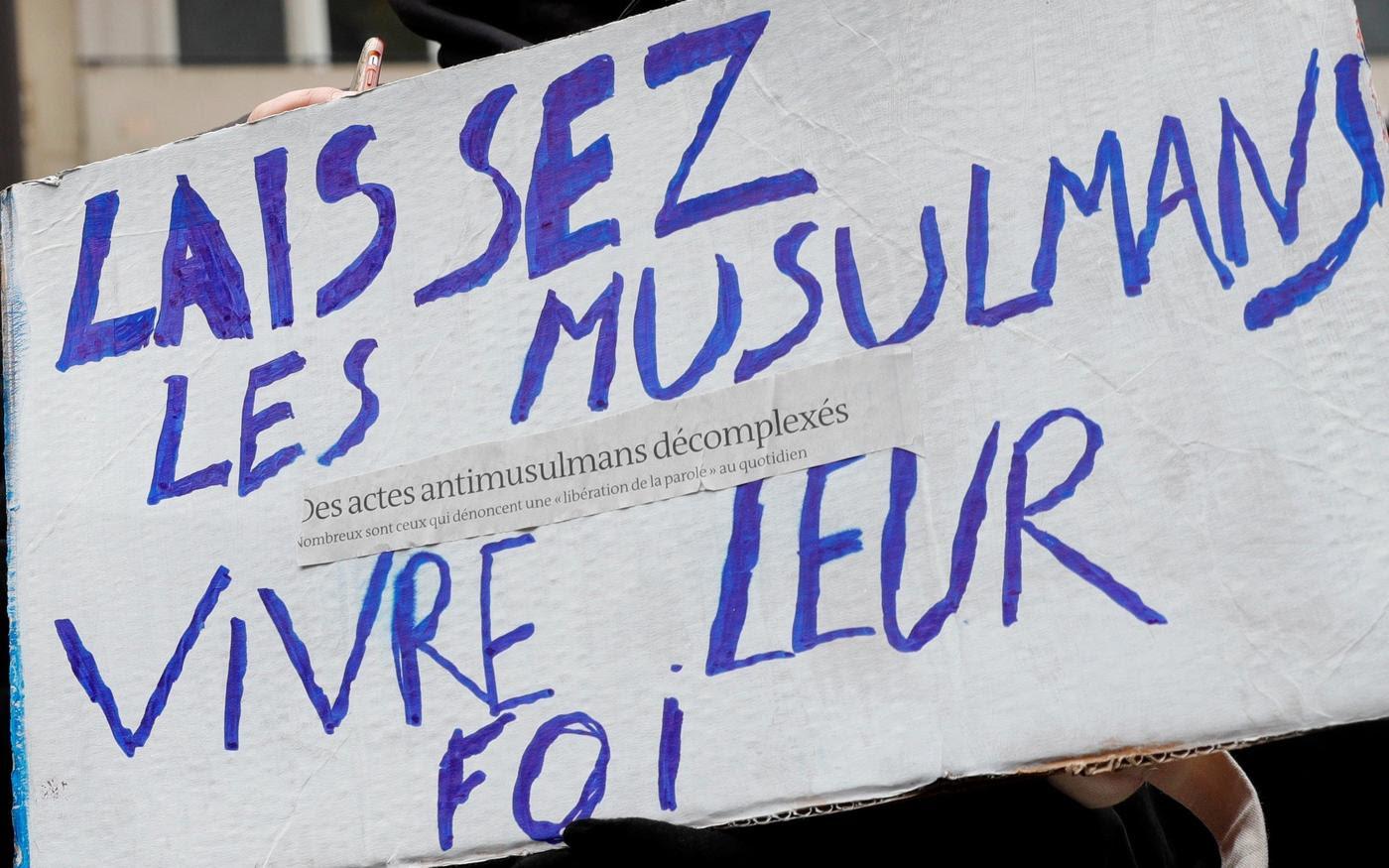 Une pancarte brandie par un manifestant pendant une marche contre l'islamophobie devant la gare du Nord à Paris, le 10novembre2019 (AFP)