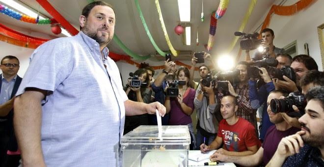 El presidente de ERC y candidato de Junts pel Sí, Oriol Junqueras (i), deposita su voto en una mesa del Centro Cívico El Turó de Sant Vicenç dels Hors (Barcelona), en las elecciones autonómicas del 27S. EFE/Andreu Dalmau