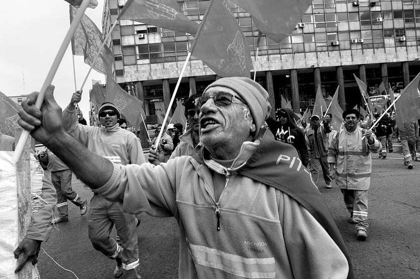Movilización de los trabajadores de la construcción del Antel Arena, ayer, frente a la Torre Ejecutiva. • Foto: Sandro Pereyra