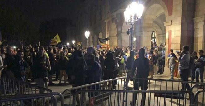 , 01/10/2018.- Centenares de personas se han concentrado ante el Parlamento catalán tras la manifestación convocada esta tarde por la ANC en Barcelona, con motivo del primer aniversario del referéndum del 1-O. EFE/Álex Cubero