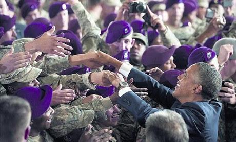 Obama recibe un saludo efusivo de los soldados tras su discurso en la base militar de Fort Bragg, ayer.