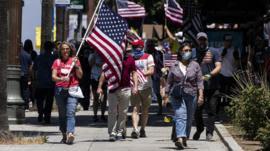 Por que parte da direita americana questiona veracidade do número de mortes por covid-19