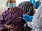 La pandemia ha implicado para las personas mayores el desafío del acceso a tratamientos y atención médica.