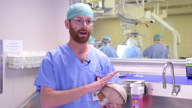 Доктор                                                          Джон Уайнстон                                                          с отпечатанным                                                          на принтере                                                          черепом. Фото:                                                          пресс-служба                                                          больницы