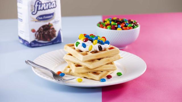 Faça um Waffle com Confeitos de Chocolate e Chantilly. Vai ser sucesso!