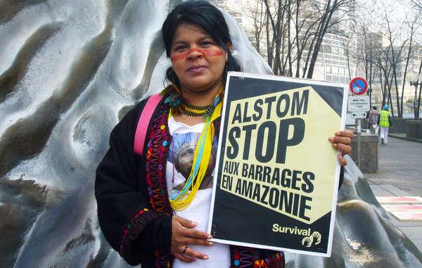 Sonia Guajajara, uma ativista indígena proeminente, em um protesto em Paris em 2014.