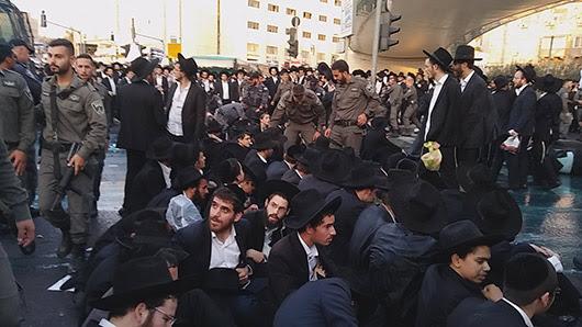 בילד: וואך פון שטורמישע פראטעסטן אין ארץ ישראל איבער בחורים'ס שמאכטן אין מיליטערישע טורמעס