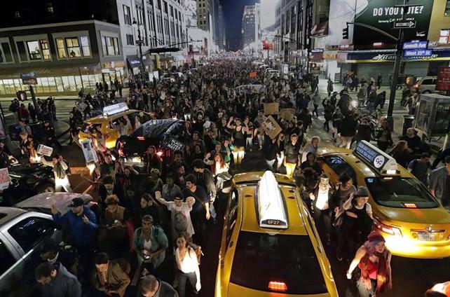 Cientos de manifestantes marchan por la Séptima Avenida entre el tráfico por todo Times Square tras darse a conocer que el policía que mató a Michael Brown en Ferguson no será imputado. EFE